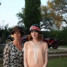 Magic In The Moonlight: Marcia Gay Harden ed Emma Stone in costume di scena