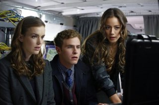 Agents of S.H.I.E.L.D.: Chloe Bennet, Elizabeth Henstridge e Iain De Caestecker in una scena dell'episodio Eye Spy