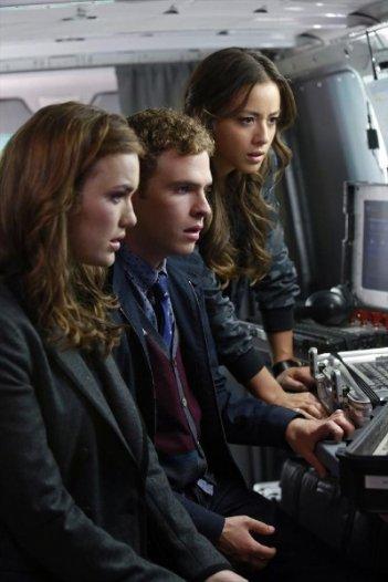Agents of S.H.I.E.L.D.: Chloe Bennet, Elizabeth Henstridge e Iain De Caestecker nell'episodio Eye Spy