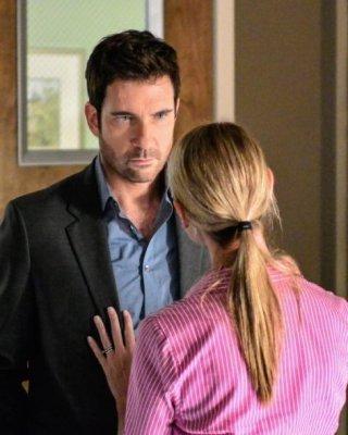 Hostages: Gemma Forbes e Dylan McDermott in una scena dell'episodio 2:45 PM