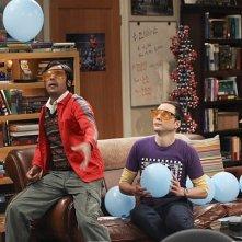 The Big Bang Theory: Jim Parsons e Kunal Nayyar nell'episodio The Workplace Proximity