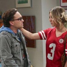 The Big Bang Theory: Kaley Cuoco e Johnny Galecki in una scena dell'episodio The Raiders Minimization