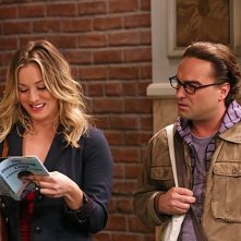 The Big Bang Theory: Kaley Cuoco e Johnny Galecki nell'episodio The Raiders Minimization
