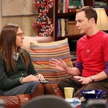 The Big Bang Theory: Mayim Bialik e Jim Parsons in una foto di scena dell'episodio The Raiders Minimization