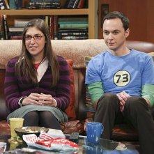 The Big Bang Theory: Mayim Bialik e Jim Parsons in una scena dell'episodio The Raiders Minimization