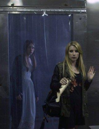 Taissa Farmiga ed Emma Roberts in Coven, terza stagione di American Horror Story, episodio 'Boy Parts'