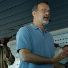 Captain Phillips: Tom Hanks minacciato da una banda di pirati somali in una scena del film
