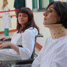 Stai lontana da me: Ambra Angiolini dopo uno 'sfortunato' incidente in un'immagine del film