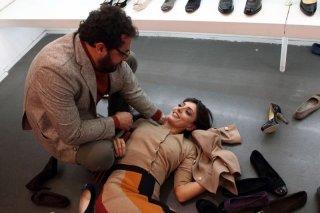 Stai lontana da me: Ambra Angiolini vittima di una caduta viene aiutata da Enrico Brignano in una scena del film