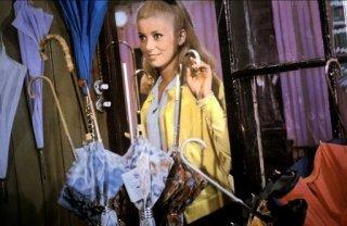 Catherine Deneuve in una scena del film Les Parapluies de Cherbourg