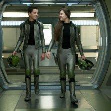 Ender's Game: Hailee Steinfeld con Asa Butterfield nei panni di Ender e Petra in una scena del film