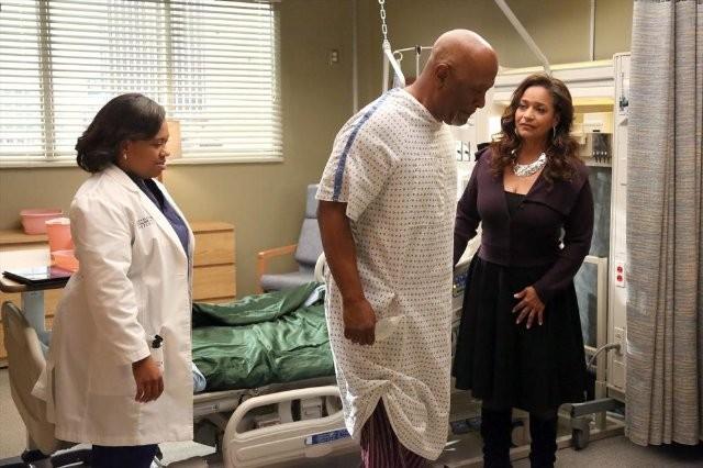 Grey S Anatomy Debbie Allen Chandra Wilson E James Pickens In Una Scena Dell Episodio I Bet It Stung 289438