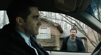 Prisoners: Jake Gyllenhaal e Hugh Jackman in un'immagine tratta dal film