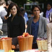The Blacklist: Parminder Nagra e Megan Boone in una scena dell'episodio The Courier