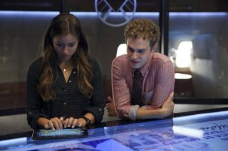 Agents of S.H.I.E.L.D.: Chloe Bennet e Iain De Caestecker nell'episodio Girl in the Flower Dress