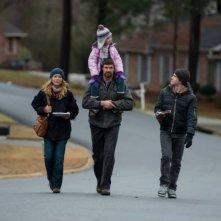 Prisoners: Hugh Jackman, Maria Bello e la piccola Erin Gerasimovich in una scena del film
