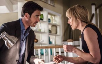 Hostages: Toni Collette e Dylan McDermott in una scena dell'episodio Truth and Consequences