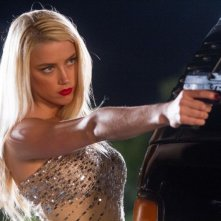 Amber Heard in una scena d'azione di Machete Kills