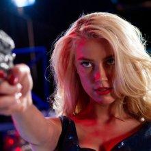 Amber Heard prende la mira in una scena di Machete Kills