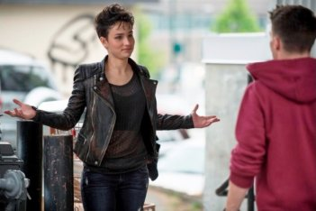 Arrow: Colton Haynes e Bex Taylor-Klaus in una scena dell'episodio della stagione 2, Broken Dolls