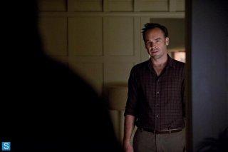 Arrow: Paul Blackthorne in una scena dell'episodio della stagione 2, Broken Dolls