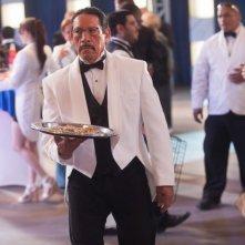 Danny Trejo travestito da cameriere in una scena di Machete Kills