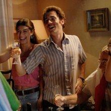 Elio Germano e Alessandra Mastronardi brindano in una scena del film L'ultima ruota del carro