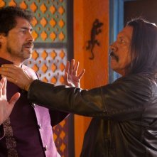 Machete Kills: Danny Trejo mette spalle al muro Demian Bichir in una scena del film