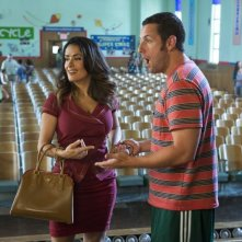 Un weekend da bamboccioni 2: Adam Sandler con Salma Hayek in una scena del film