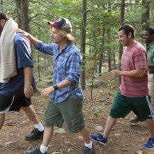 Un weekend da bamboccioni 2: Kevin James, Adam Sandler, David Spade e Chris Rock nel bosco in una scena