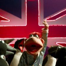 Muppets Most Wanted: i Muppets a un comizio politico con sullo sfondo la bandiera inglese