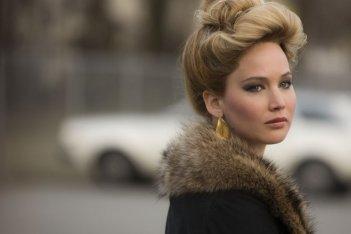 American Hustle: Jennifer Lawrence è Rosalyn in una scena del film