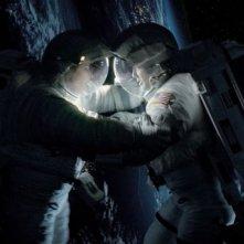 Gravity: Sandra Bullock e George Clooney fluttuano nello spazio in una sequenza