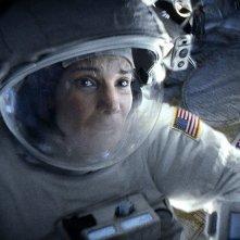 Gravity: un primo piano di Sandra Bullock nel ruolo dell'astronauta