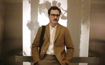 Her: Joaquin Phoenix nei panni di Theodore in una scena del film