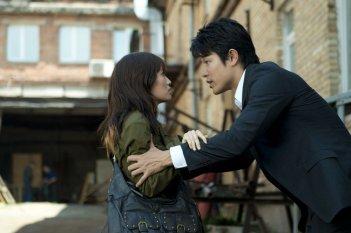 Seventh Code: Atsuko Maeda con Ryôhei Suzuki in una scena