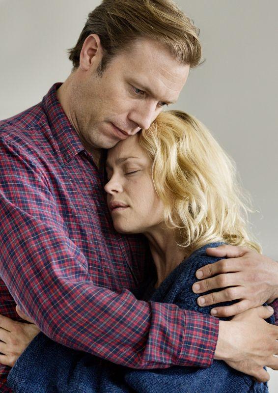 Sorrow And Joy Jakob Cedergren E Helle Fagralid Teneramente Abbracciati In Una Scena 290340