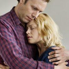 Sorrow and Joy: Jakob Cedergren e Helle Fagralid teneramente abbracciati in una scena
