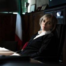 Come il vento: Valeria Golino in una scena nei panni di una direttrice carceraria