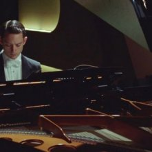 Elijah Wood in Grand Piano nei panni del pianista Tom Selznick