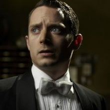 Elijah Wood in una scena di Grand Piano nei panni del pianista Tom Selznick