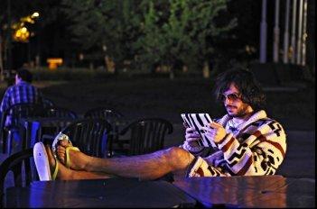 Fuga di cervelli: Guglielmo Scilla nei panni di Lebowsky in una scena del film