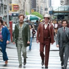Anchorman 2 - Fotti la notizia: Paul Rudd, Steve Carell, David Koechner e Will Ferrell attraversano la strada in abiti anni '70
