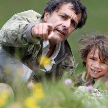 Belle & Sebastien: il regista Nicolas Vanier con il piccolo Felix Bossuet sul set