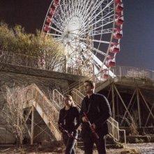 Divergent: Shailene Woodley e Theo James camminano vicino a luna park