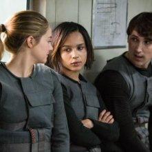 Divergent: Shailene Woodley e Zoe Kravitz in una scena del film