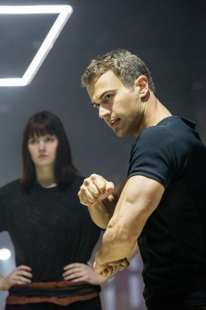 Divergent Theo James Mostra Come Combattere 290821
