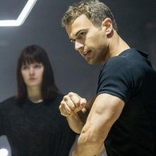 Divergent: Theo James mostra come combattere