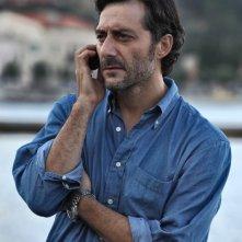I delitti del BarLume: Filippo Timi in una scena della serie Sky