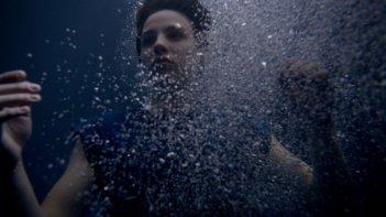 Il Sud è niente: Miriam Karlkvist in una scena subacquea del film
